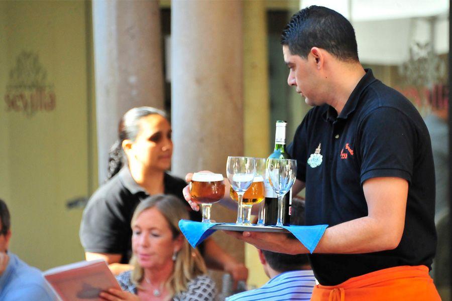 Preparación y servicio de bebidas y comidas rápidas en el bar (60h)