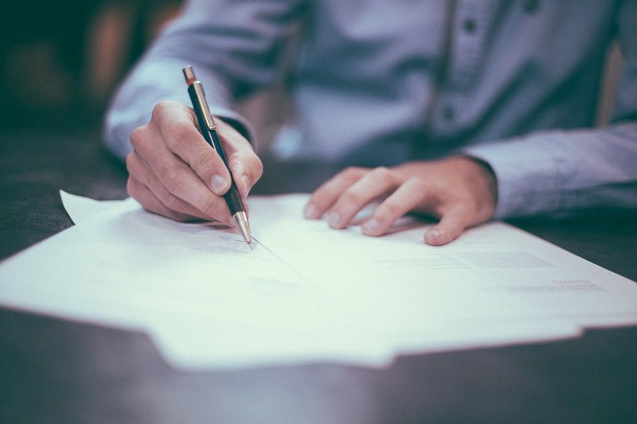Imagen firmando horario laboral y formativo en un contrato de formación